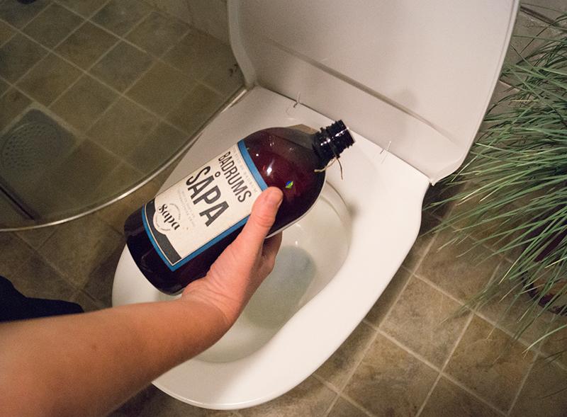 Rengör toalettens insida utan starka och onödiga kemikalier